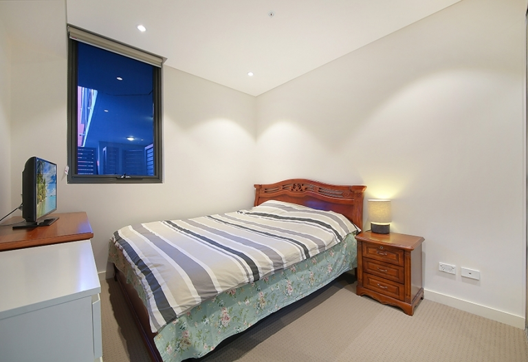 Modern 1 bedroom Apartment plus Study in the heart of Homebush